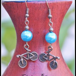 Pendientes perla azul turquesa y bicicleta bronce 16x49mm Boucles d'oreilles, Earrings, Orecchini