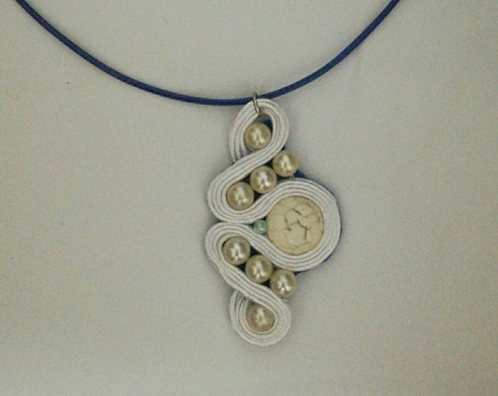 Collar blanco soutache