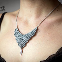 Collar hilo encerado gris con pluma. Necklace. Pluma. Naturaleza. Gris. Jewery.Tribal necklace