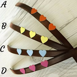 Pulsera de cuero con corazones de colores, leather bracelet with hearts.