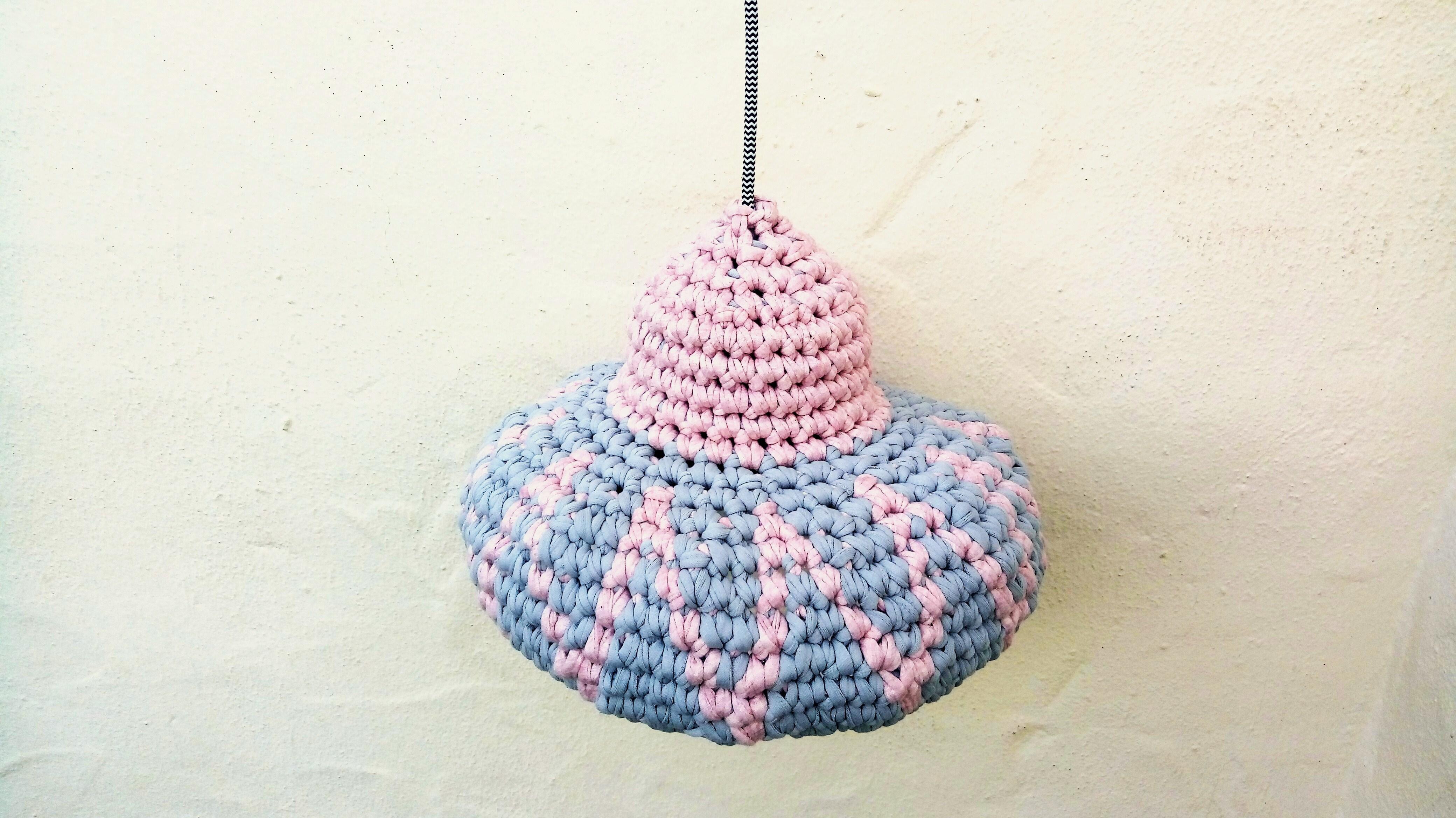 Lámpara gris y rosa de crochet - Artesanum